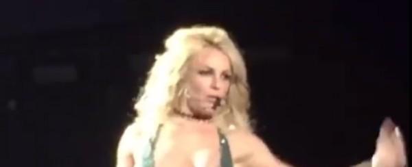 Britney Spears se descuida e deixa escapar seio durante show; fotos