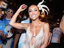 Sabrina Sato brilha e mostra samba no pé em ensaio de carnaval