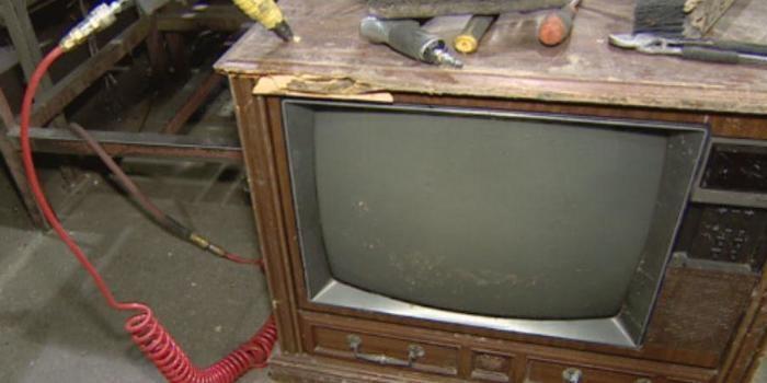Mulher encontra R$ 237 mil dentro de TV deixada para desmanche