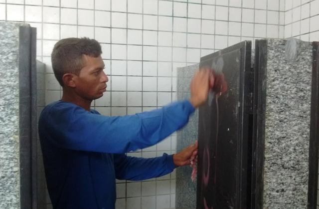 Serviço de limpeza dos banheiros do parque (Crédito: Reprodução)