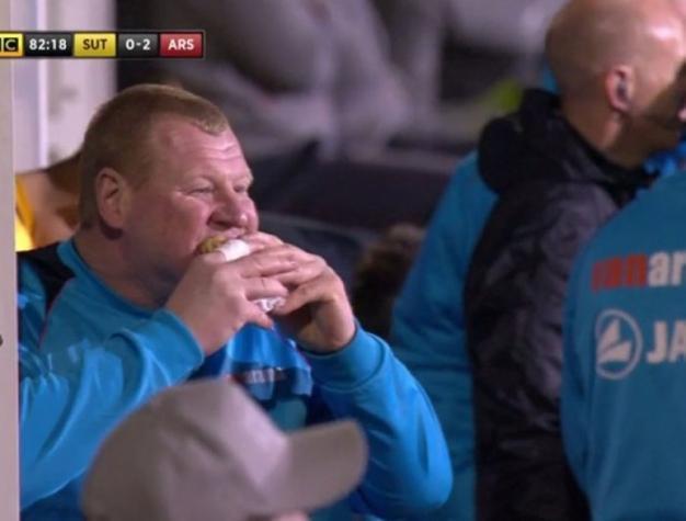 Goleiro comeu torta durante a partida (Crédito: Reprodução)