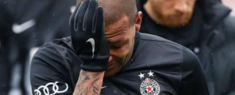 Meia brasileiro Everton Luiz chora ao ser vítima de racismo em jogo