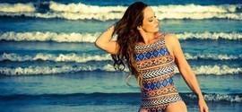 Aos 43 anos, Núbia Óliiver mostra boa forma em ensaio na praia