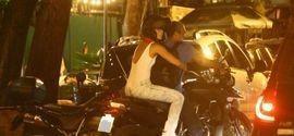 Paolla Oliveira deixa bar na garupa da moto do namorado Papinha