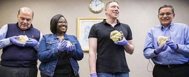 Hospital deixa pacientes segurarem coração após transplante