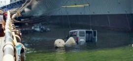 Marinha investiga como van foi parar na Baía de Guanabara no Rio