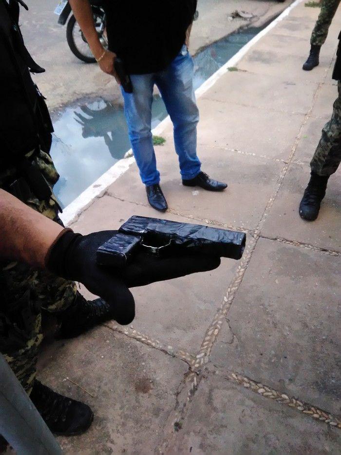 Simulacro de arma utilizado para praticar o assalto