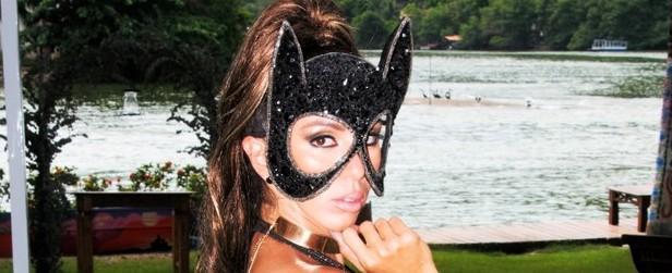 Musa das supercoxas faz ensaio sensual vestida de gatinha; fotos!