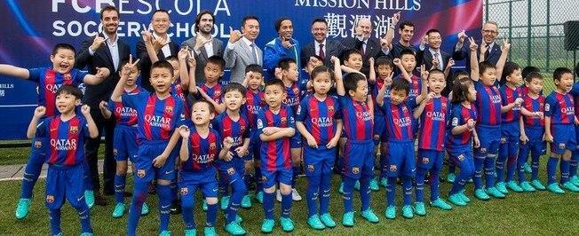 Ronaldinho Gaúcho inaugura escola de futebol do Barcelona na China