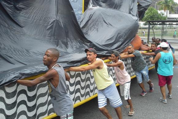 Empurradores da Porto da Pedra tentam posicionar carros alegóricos antes de desfile da madrugada deste domingo (26) (Crédito: Reprodução)