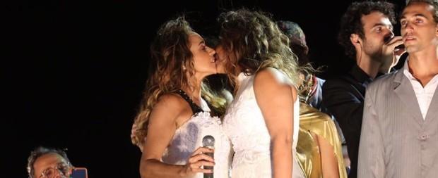 Daniela Mercury se casa com Malu Verçosa em Trio Elétrico na Bahia