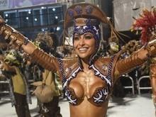 Sabrina Sato se atrasa e desfila sem parte da fantasia na Gaviões