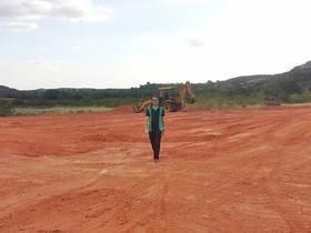 Prefeito acompanha terraplanagem de terreno da construção de creche