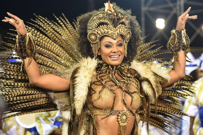 Camila Silva, rainha de bateria da escola Vai-Vai, no Sambódromo do Anhembi