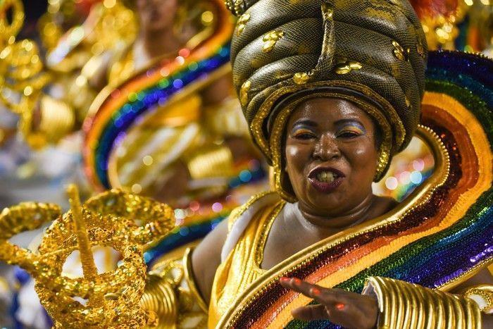 Desfile da escola Vai-Vai, que homenageia o candomblé no Sambódromo do Anhembi