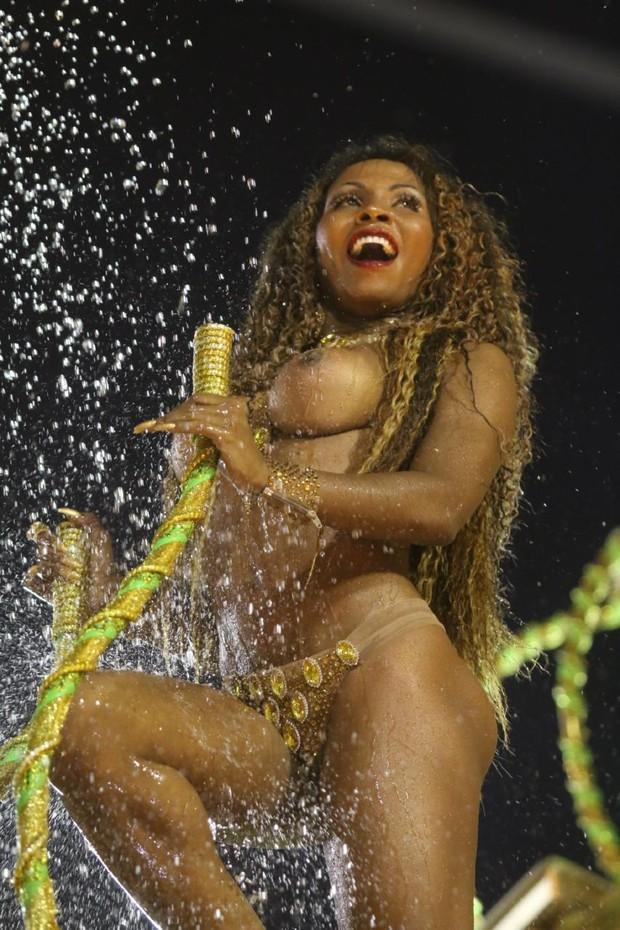 Tuane Rocha desfila com os seios descoberto e é destaque no desfile da Rocinha (Crédito: Reprodução)