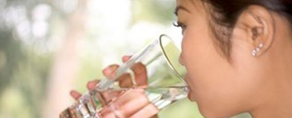 Água engorda? Se beber gelada, pode emagrecer? Mitos e verdades