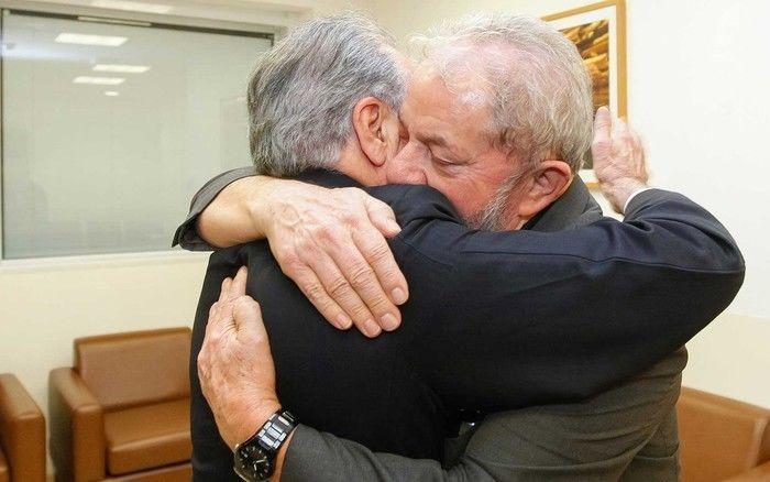 Michel Temer e Lula se abraçam