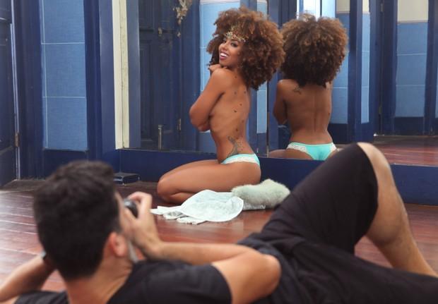 Gabriela Flor durante ensaio para o Paparazzo
