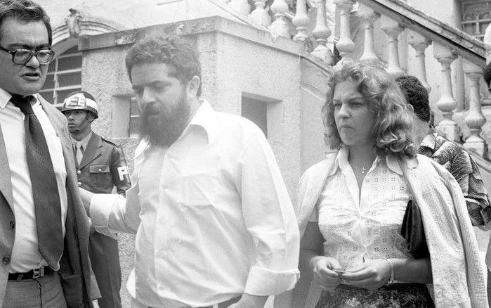 Marisa Letícia é vista ao lado de Lula ao deixar o prédio da Auditoria da Justiça Milita