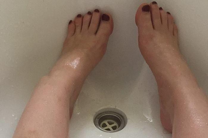 Mulher fica presa em banheira após tomar banho com óleo de coco