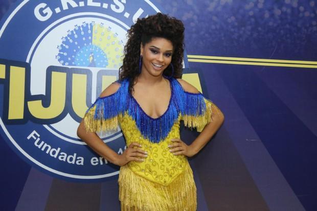 Juliana Alves esbanja boa forma no ensaio da Unidos da Tijuca