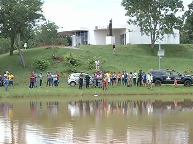 Mulher morre afogada após nadar em lago proibido