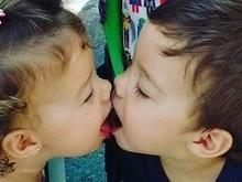 Piovani posta foto dos filhos gêmeos se beijando na boca: 'Bom dia'