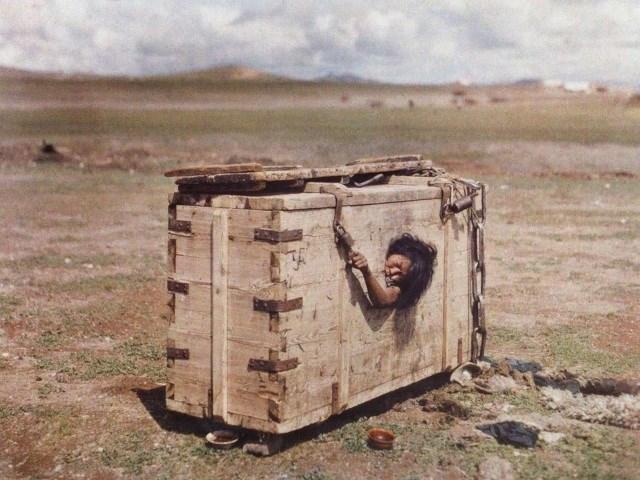 Mulher tentando escapar de sua tumba (Crédito: Reprodução)