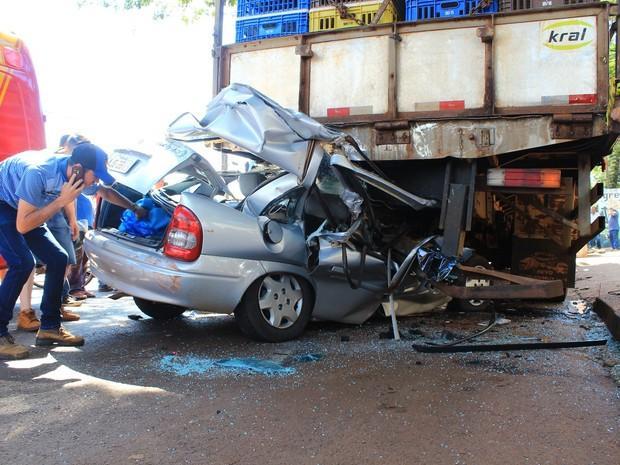 Carro foi parar embaixo de caminhão