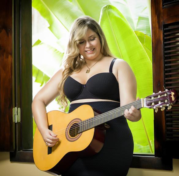 Marília Mendonça posa sensual para linha de lingerie plus size