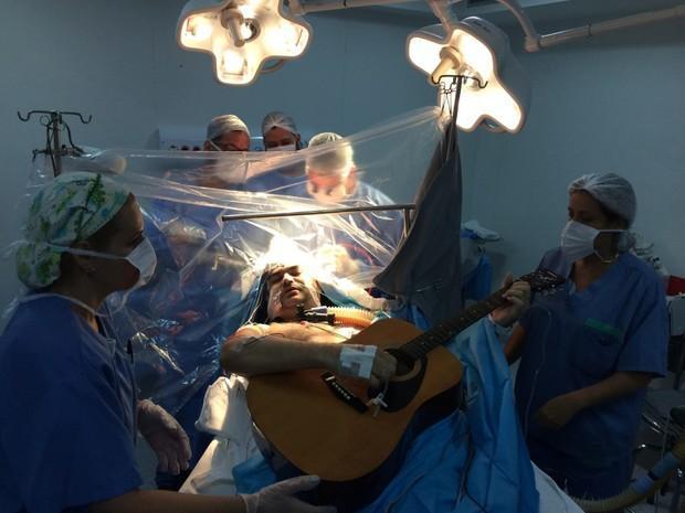 Rolden tocou violão e ficou acordado durante cirurgia