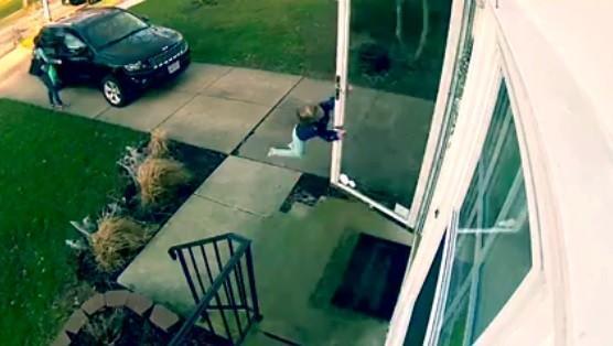Menina é levada por fortes ventos e vídeo viraliza na internet