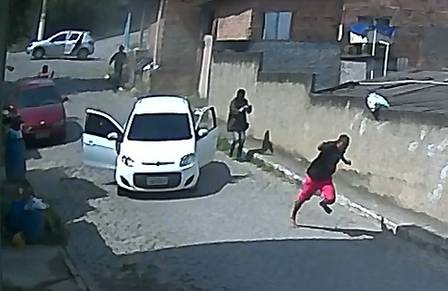 Vídeo flagram PM executando testemunhas para instalar milícia no RJ