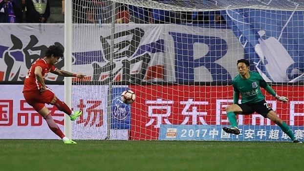 Pato perde pênalti no duelo entre Tianjin Quanjian e Shanghai Shenhua (Crédito: Reprodução)