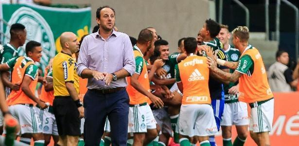 Rogério Ceni orienta o time enquanto os jogadores do Palmeiras comemoram um gol (Crédito: Reprodução)