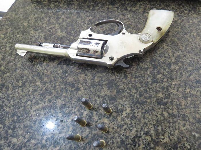 Arma encontrada com a menor (Crédito: Reprodução)