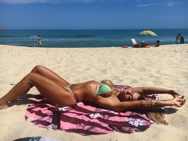 Petra Mattar em dia de praia (Crédito: Reprodução)
