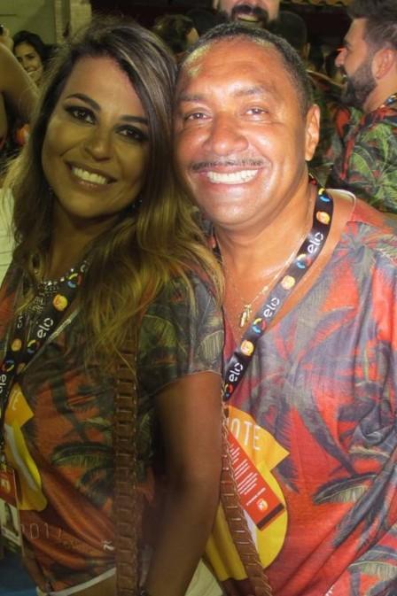 Nana Magalhães com Tiririca em camarote, na Sapucaí