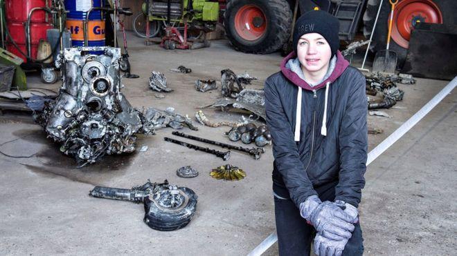Com a ajuda do pai, Daniel Kristensen encontrou por acaso os destroços do avião e os restos do piloto em pasto da fazenda onde vivem, no norte da Dinamarca. (Crédito: Reuters)