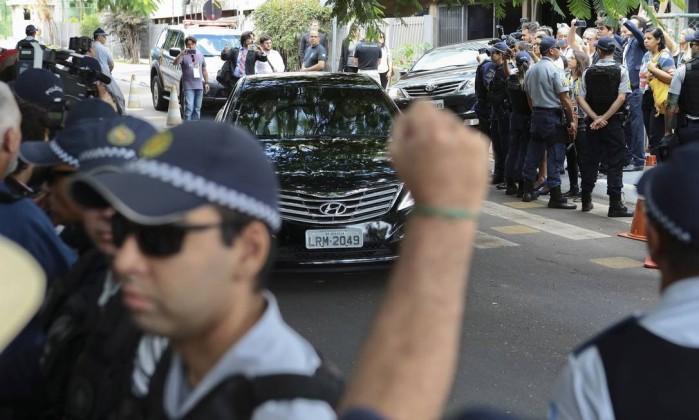 Carro com o ex-presidente Lula é cercado por manifestantes