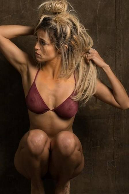 Nanda Costa posa de lingerie para ensaio e avisa: 'Rolou peitinho'