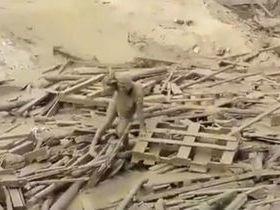 Mulher emerge de 'rio de lama' em meio a desastres no Peru