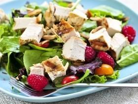 Aprenda a fazer um prático Filé de frango com salada tropical