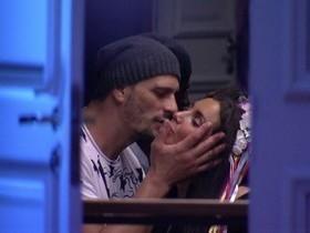 BBB17: Daniel investe e dá beijo de boa noite em Elettra em festa