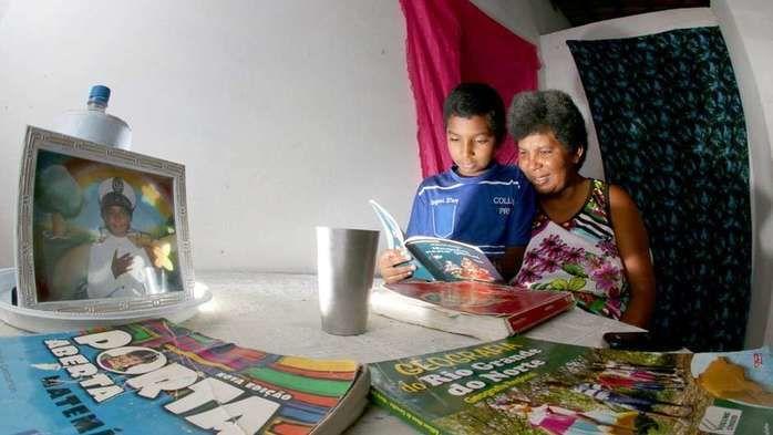 Sandra Maria aprendeu a ler com 42 anos com ajuda do filho de 11 anos