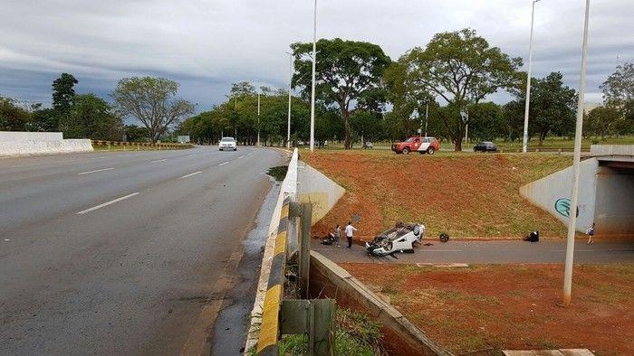Carro despenca de viaduto de 5 metros de altura em Brasília