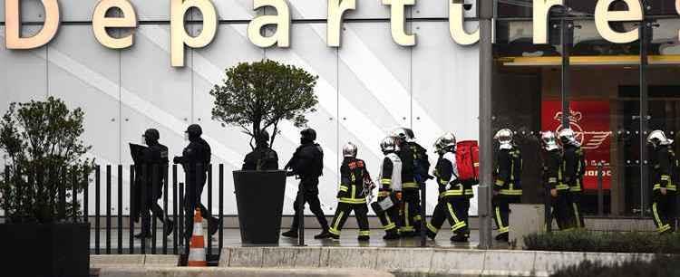 Homem tenta pegar arma de militar e é morto em aeroporto de Paris
