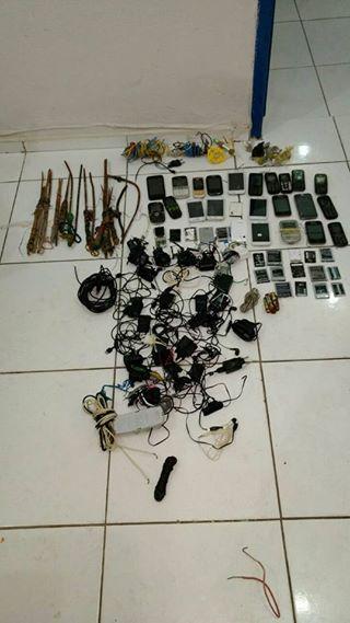 Agentes encontram armas e celulares em vistoria na Irmão Guido