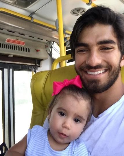 Marido de Deborah Secco anda de ônibus com a filha e é elogiado